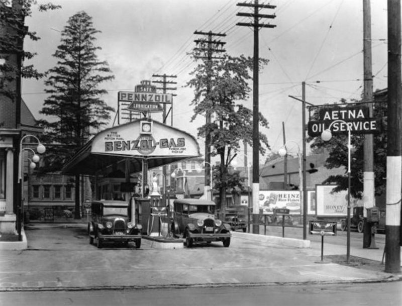 A gas station at Third and Oak streets. (UL Photo Archives - Reference below)